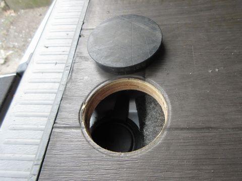 荷室用床板(スペアタイヤ脱着用ボルト孔)