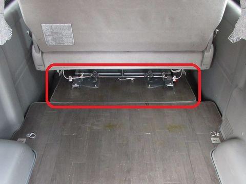セカンドシート下床板とスライドレール(セカンドシート:17cm前)