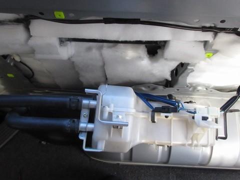 断熱材の取り付け(リアクォータートリム(右側)リヤーヒーター付近)
