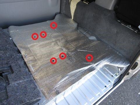 断熱材の取り付け(セカンドシート下床面)